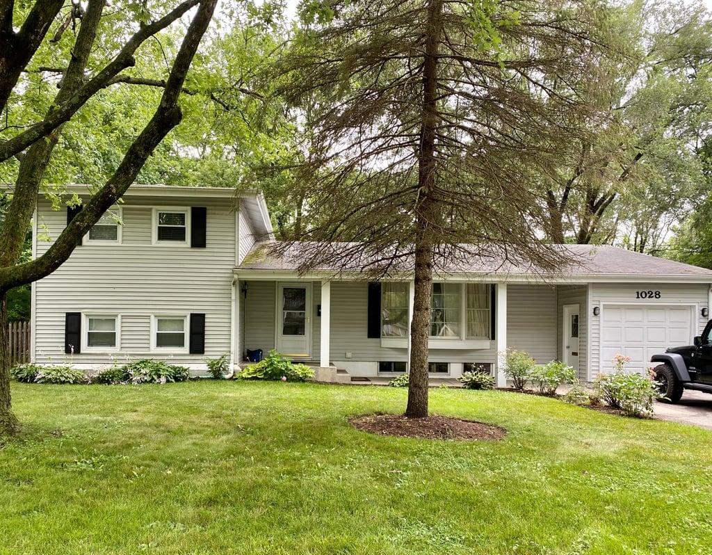 1028 Castlewood Lane Deerfield, IL 60015