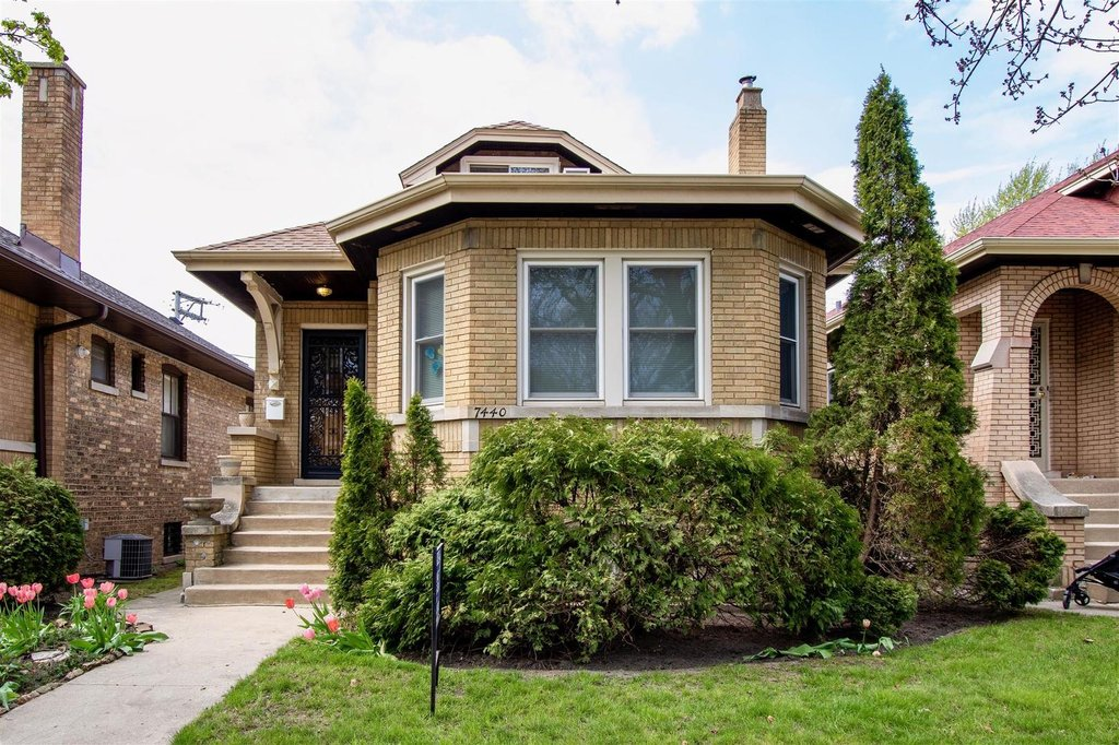 7440 N Rockwell Street Chicago, IL 60645